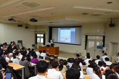 学部1年次学生対象「スマホやネットに潜む危険」に関する授業を実施しました