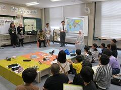 附属小学校と本学外国人留学生が交流授業を行いました