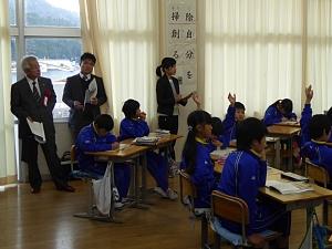 公開授業(4年生・国語)を見学する<br />加治佐哲也学長(窓側人物左)