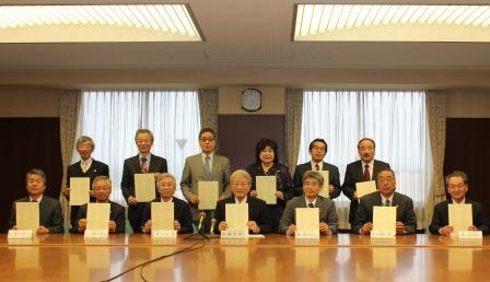 協定書署名後の各大学長等の集合写真